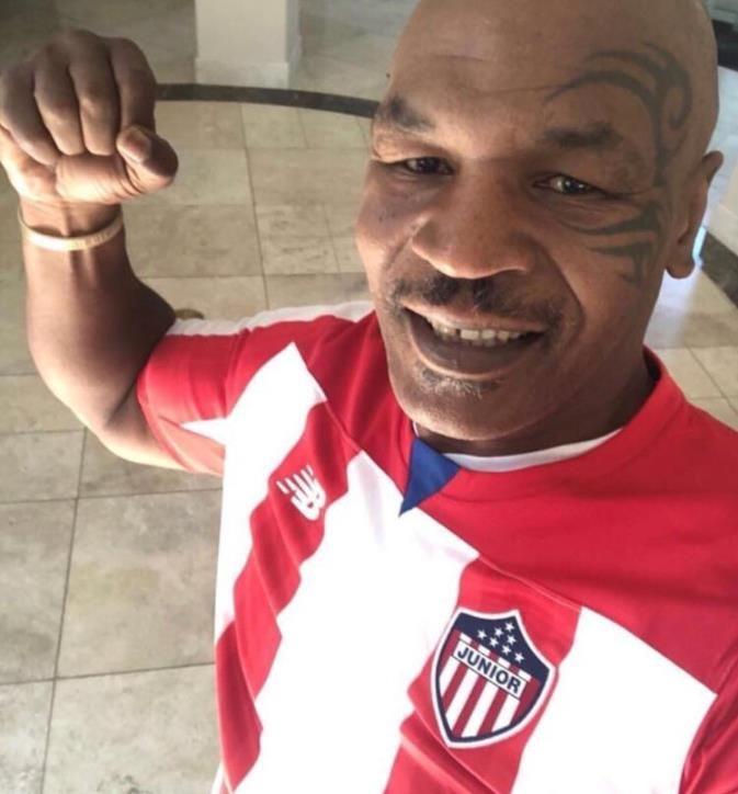 Tyson posó con la camiseta de Junior de Barranquilla El excampeón mundial de peso pesado lució la camiseta del club colombiano, donde juega Teo Gutiérrez, y causó revuelo en las redes sociales.