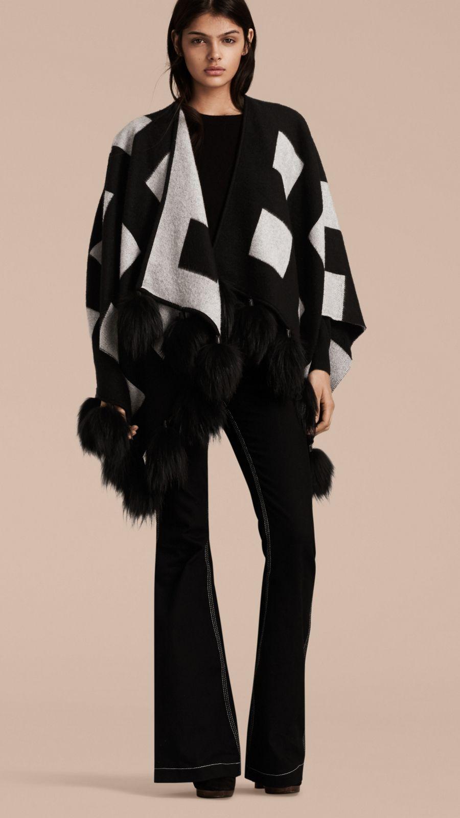 Negro blanco Poncho de cachemir con checks en jacquard y pompones en piel  de mapache - Imagen 1 c69c2959bfef