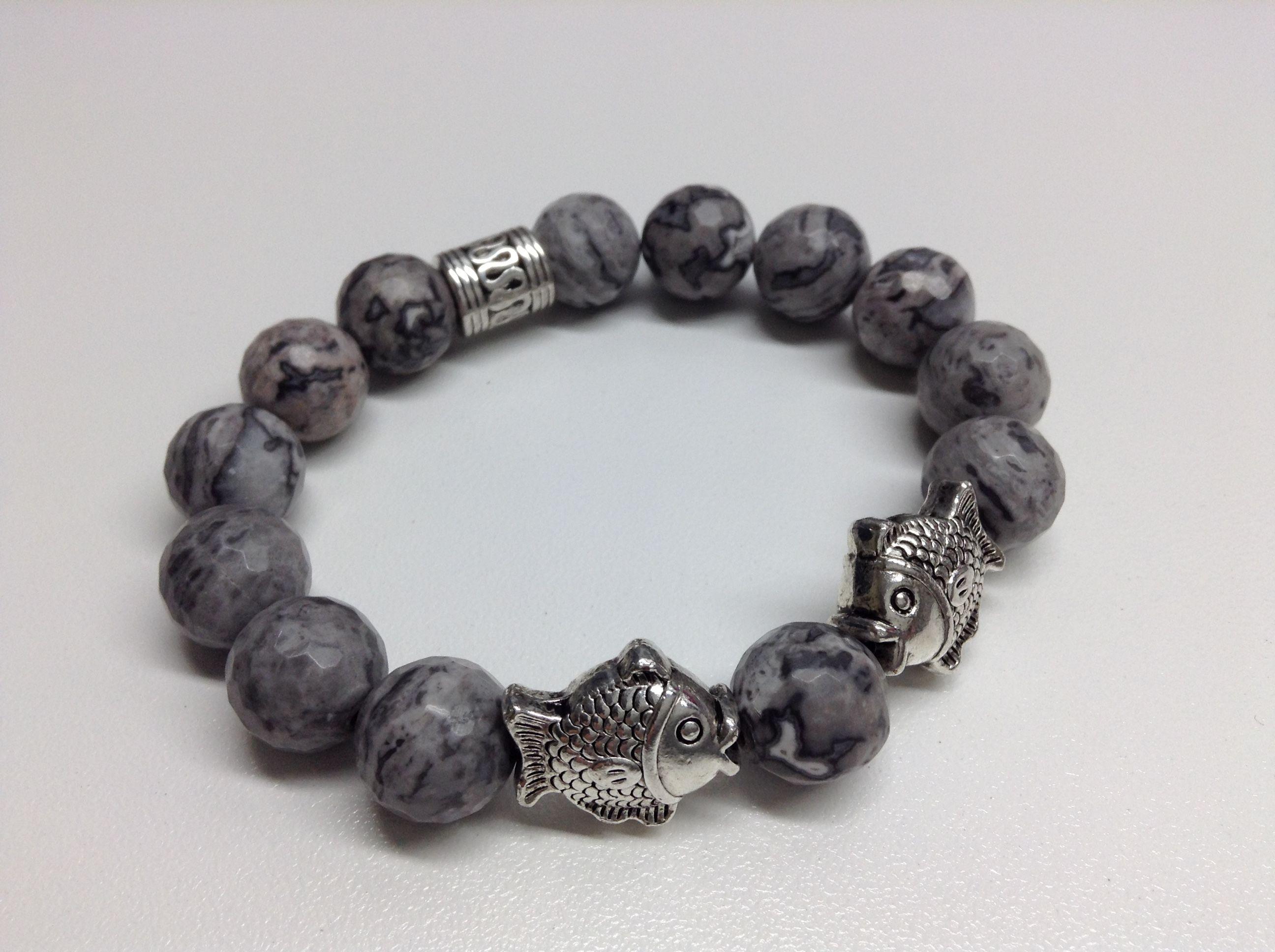 Bracelet #559 Bracelet fait de jaspe gris, poissons et billes de métal anti-ternissement monté sur un élastique.  Grandeur 7 pouces (18 cm):  -Jaspe gris de 10 mm - Poisson de méta anti-ternissement 14 mm x 16 mm -Bille de métal anti-ternissement Fait a la main