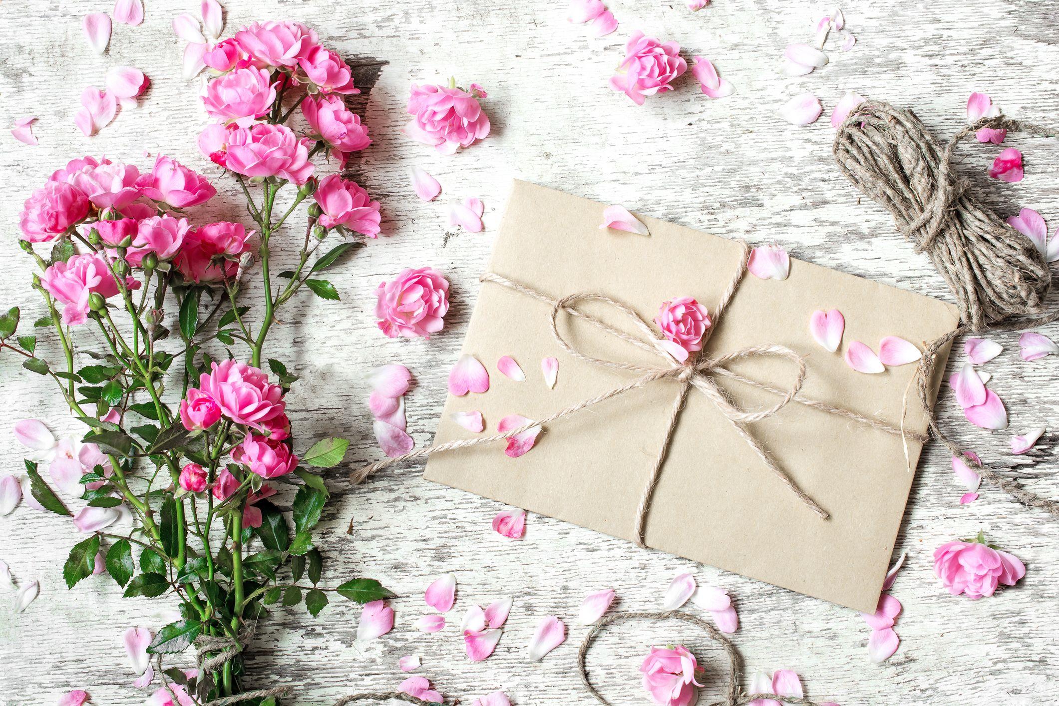 Papierhochzeit: Geschenke & Sprüche zum 1. Hochzeitstag