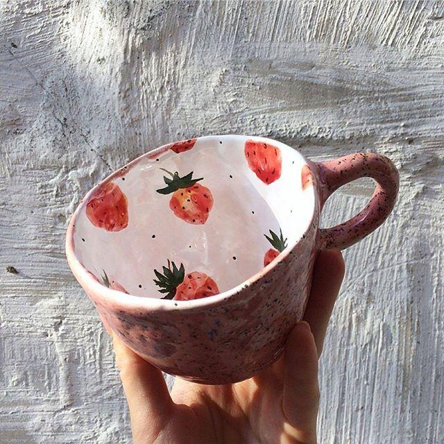 @odaryadarya.ceramic   .  Не забудьте поставить ❤, если понравилась работа    #кружка #клубника #ceramicmugs