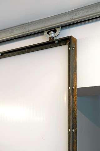 LYS IDE. Line har selv tegnet denne industripregede skyvedøren av kanalplast og stål. En sveisekyndig håndverker laget to av dem. De fungerer godt fordi den både skjermer og slipper gjennom lys.