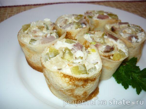Закуска с сельдью в блинчике------------------------ тонкие блинчики — 7-8 шт селедка соленая — 1 шт соленые огурчики — 4 шт небольшого размера или  80 г лук — 1 шт небольшого размера яйцо вареное — 3 шт хлеб белый — 1 ломтика майонез — 2 ст.л.