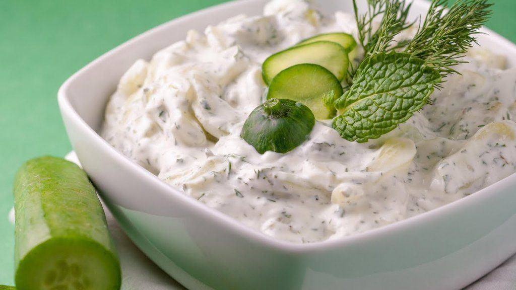 سلطة الزبادي الهندي ة الحارة هي نوع من انواع السلطات التي تحتوي علي العديد من العناصر الغذائية الهامة للجس Cucumber Yogurt Salad Cucumber Salad Cucumber Yogurt