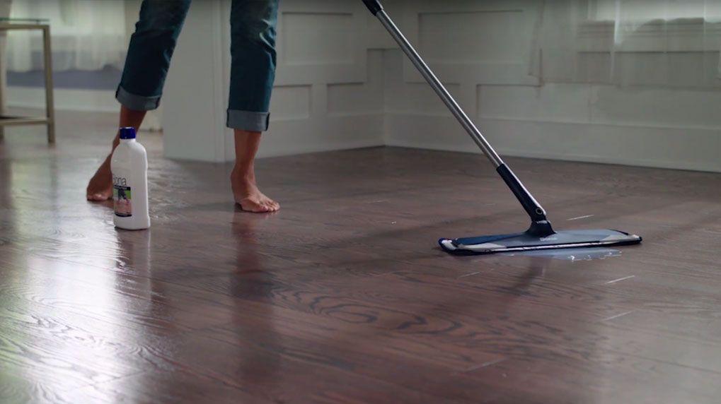 Avoid Water And Vinegar To Best Clean Hardwood Floors In 2020 Polish Floor Clean Hardwood Floors Wood Floor Polish