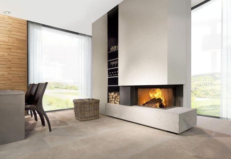 moderner Kamin mit Brennholz und gemauerte Regale   Kamin ...
