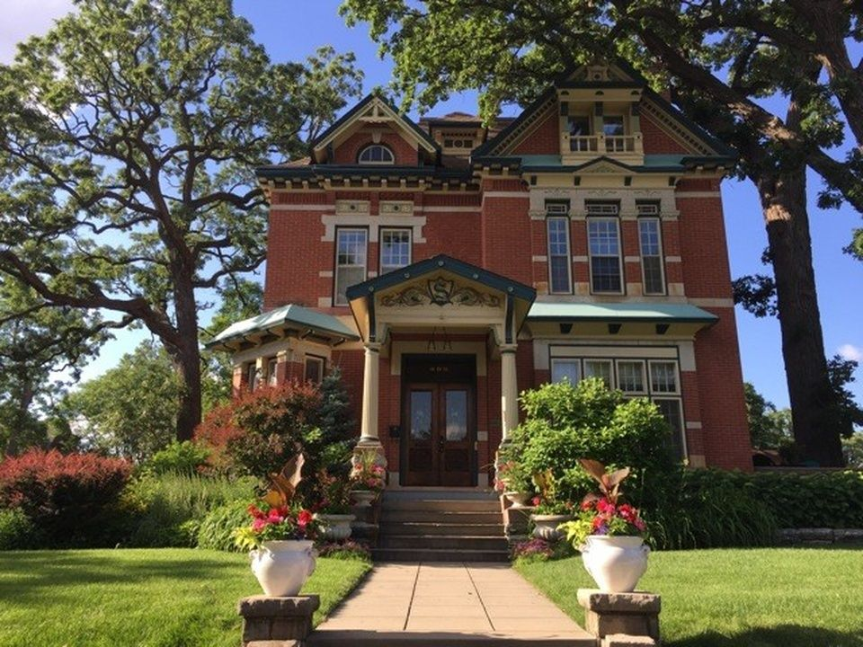 495 Summit Ave Saint Paul Mn 55102 Is For Sale Zillow Victorian Homes Historic Homes Edina Realty