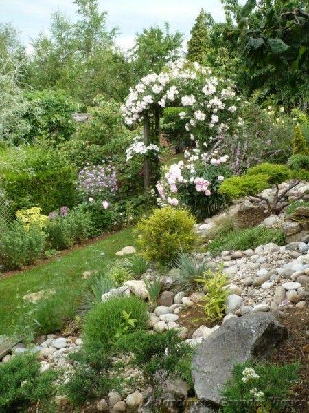 quelle bonne idée que cet ébouli de galets pour magnifier ce jardin ...