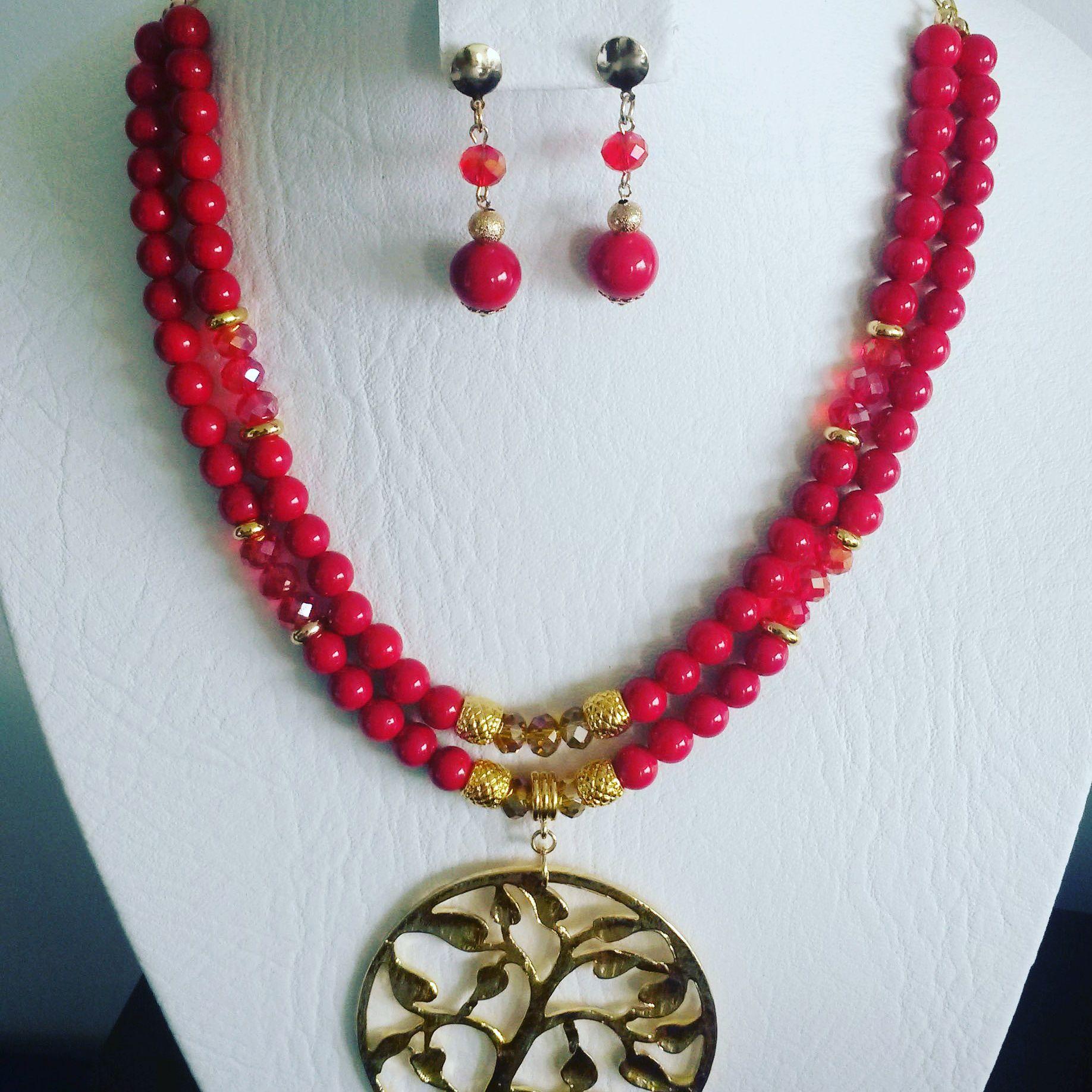 866f6631083f Juego collar elaborado en piedras jade rojo y cristales murano rojo y dorado.  Dije arbol de la vida en zamak con baño de oro.