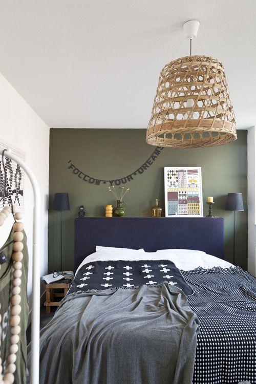 Le mur de la tête de lit foncé accentue l\'effet alcove | Peinture ...