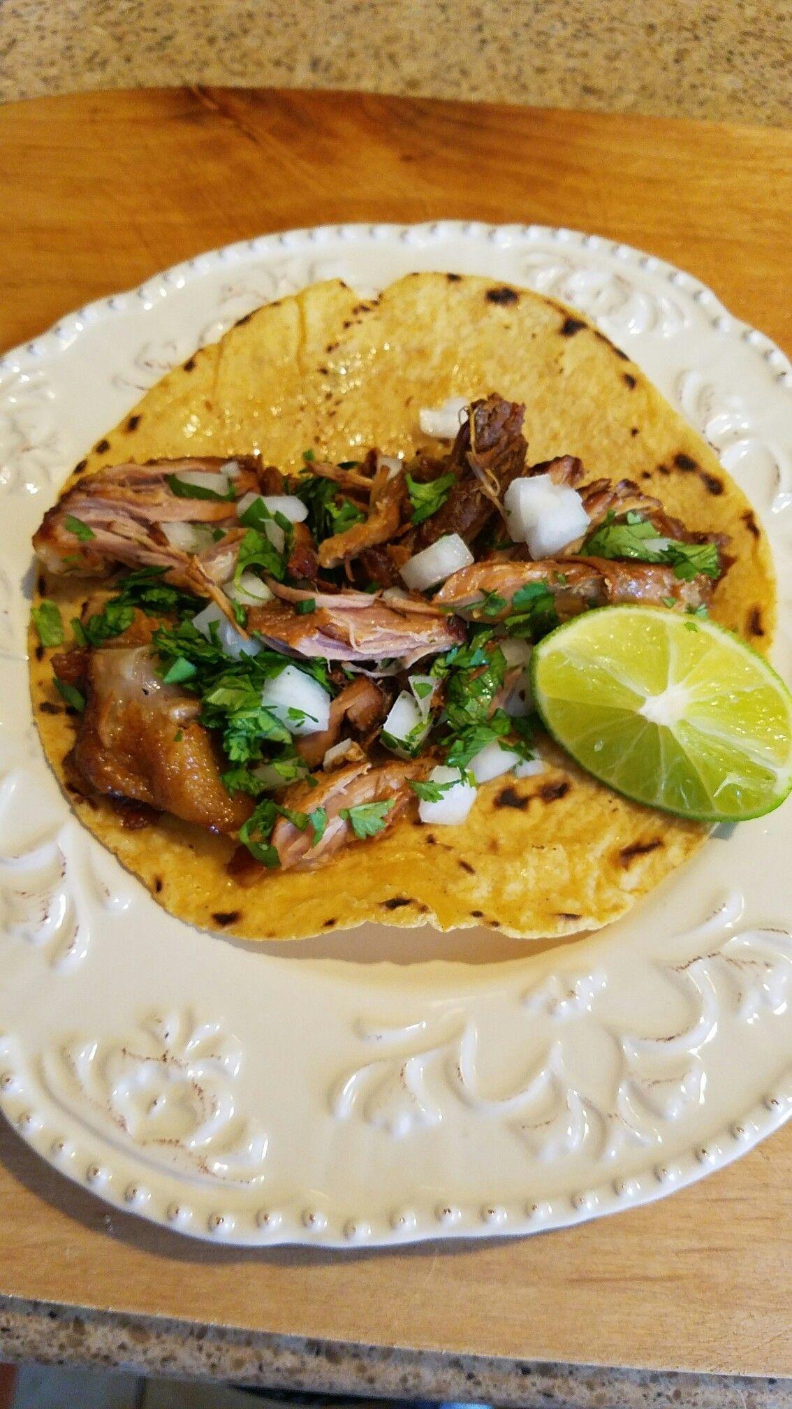 Tacos de carnitas. comida tradicional de Mexico. Antojitos Mexicanos