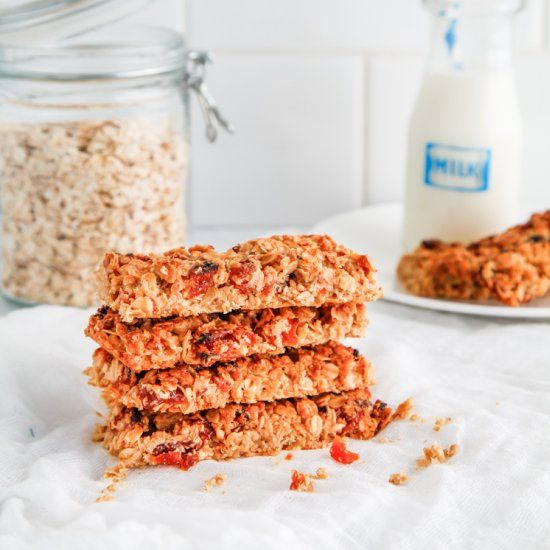 Crunchy Apricot Muesli Bars: The most perfectly crunchy muesli bar dotted with tart apricots. Perfect for the lunchbox.
