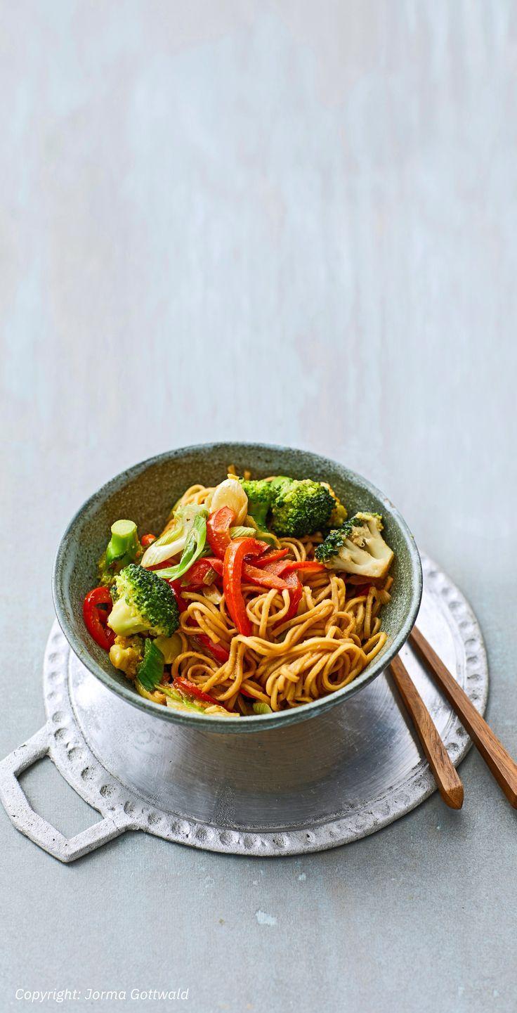 Asiatische Mie-Nudeln mit Gemüse, gebraten Asiatische Mie-Nudeln mit Gemüse, gebraten -