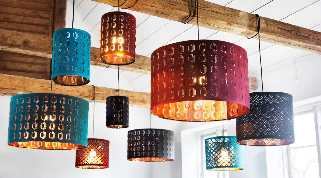 verschiedene leuchten mit bunten schirmen an holzbalken u a nym leuchtenschirme in weinrot. Black Bedroom Furniture Sets. Home Design Ideas