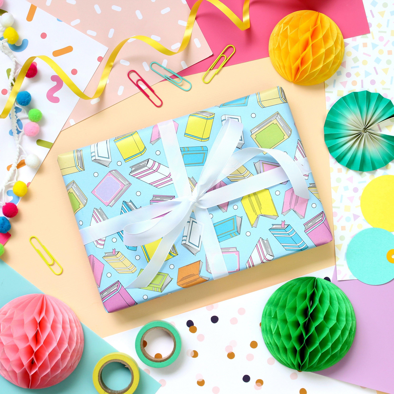 Pour trier vos papiers cadeaux Peut contenir jusqu/'/à 30 rouleaux de 75 cm Rangement vertical ou sous le lit Stockage de papier cadeau pour No/ël et les anniversaires n/œuds papillons et rubans