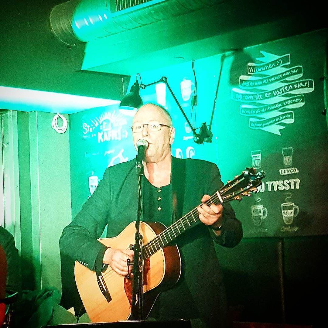 """Vi var på viseklubben i kveld hvor  Lars Martin Myhre og Peter Wemø spilte  Jeg var så heldig å få høre både """"Hun lignet på en som var pen"""" av Myrhe og flere av Taubes nydelige sanger blant en mengde andre vakre viser.  #larsmartinmyhre #petervemø #everttaube #visekveld #viser #sang #viser&lyrikkiflekkefjord #flekkefjord #kaffebørsen"""
