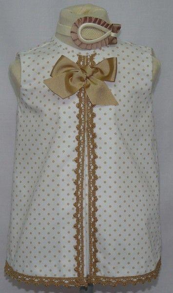 2e40502bf Vestido para bebe niña en piqué blanco con lunares camel