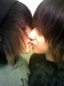 Gay kissing3