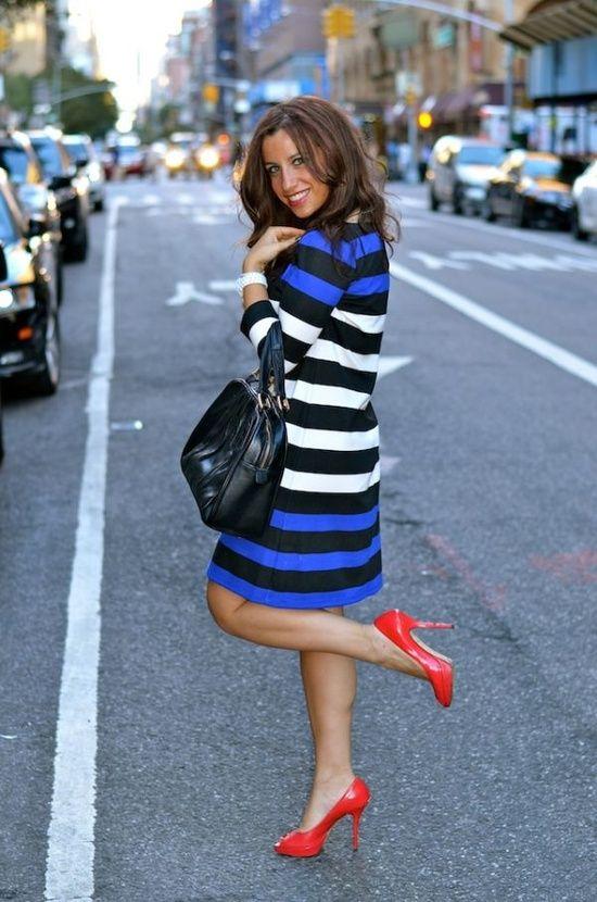 Vestido azul combina con zapatos rojos