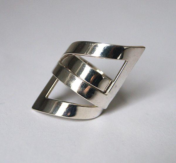 Strakke zilveren ring met geometrisch ontwerp. Zowel in gehamerd als in glanzend zilver verkrijgbaar. GRATIS VERZENDING.