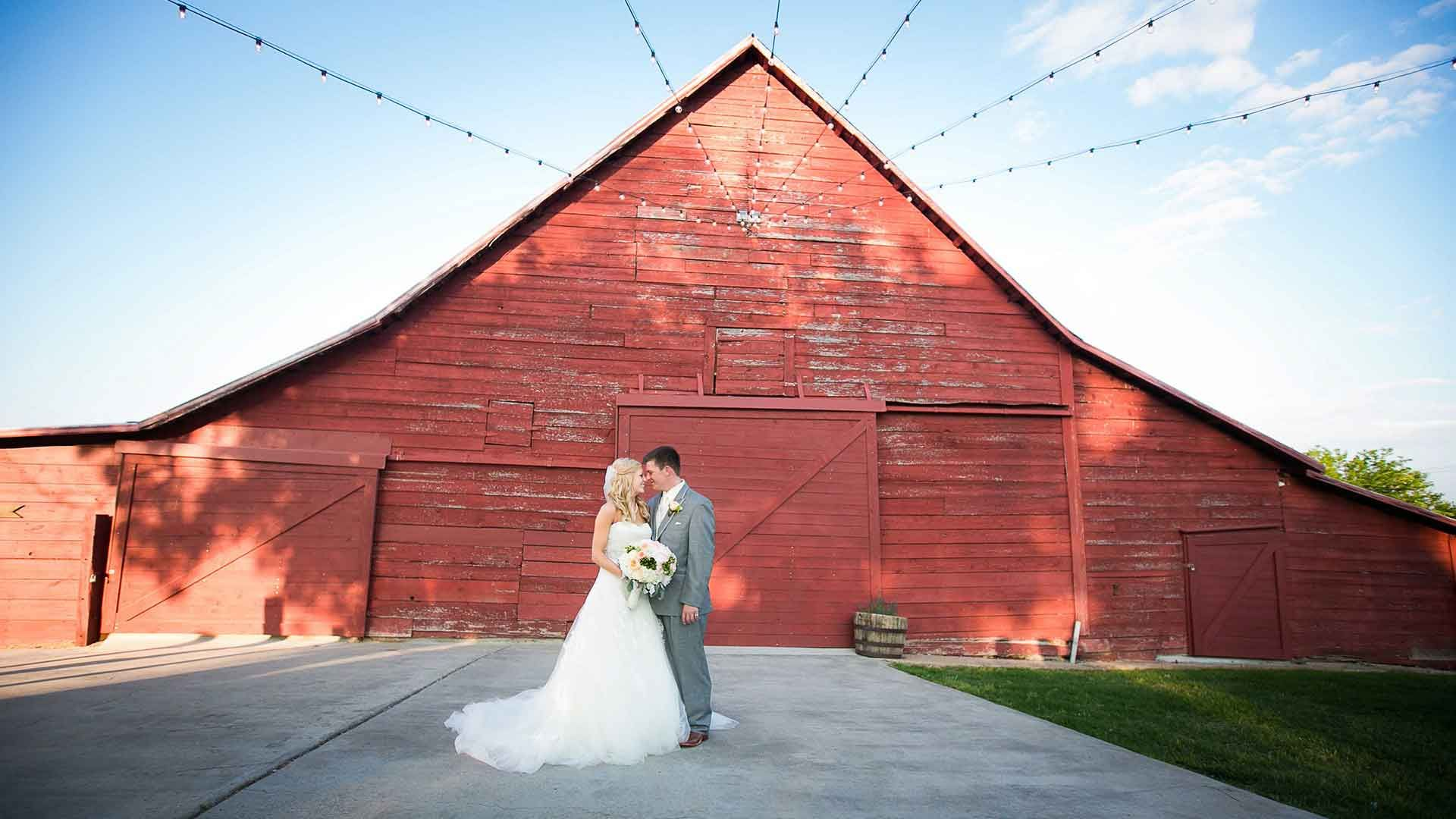 Rustic Barn Wedding Venue. Wedding Chapel near Dallas. Van