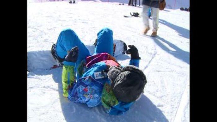 Russen staunen über neues Skigebiet in Sotschi: In dem eigens für die Olympischen Winterspiele in Sotschi errichteten Skigebiet in Rosa Chutor üben sich bereits die ersten Russen auf Ski und Snowboard.
