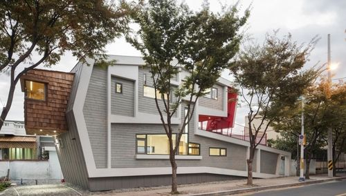 Séduisant mixte bois béton pour cette maison urbaine contemporaine en Corée du Sud,  #construiretendance