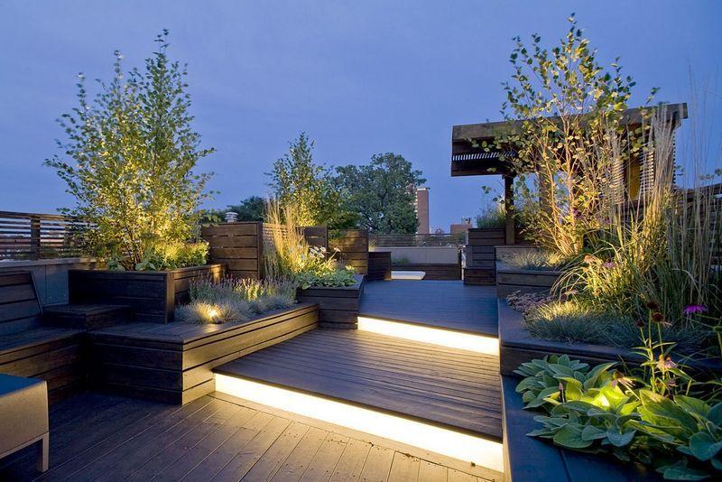 Toit terrasse moderne en bois composite avec éclairage en marches lumineuses