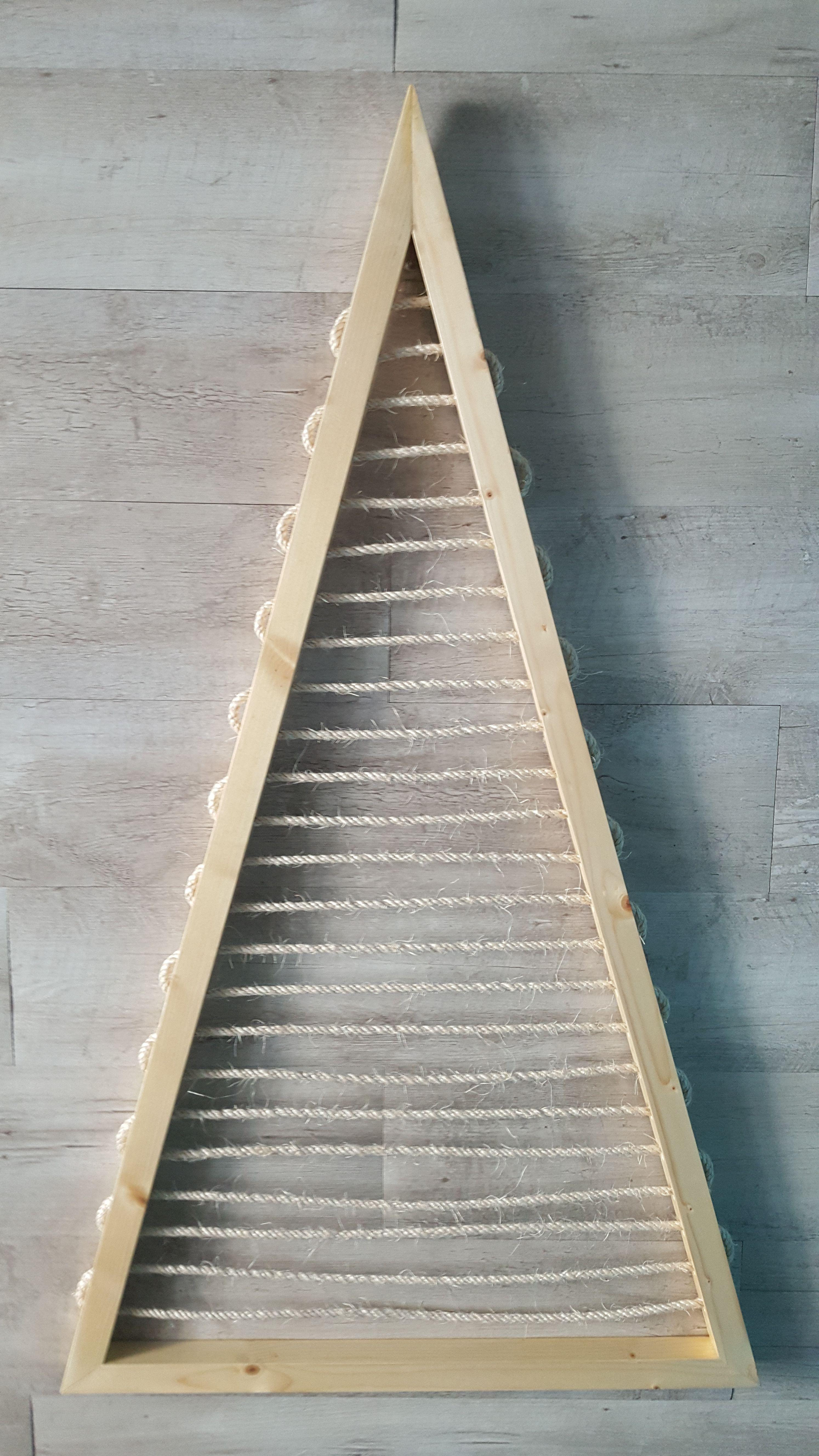 Marco barnizado fabricado con madera de abeto blanco y decorado con cuerda de sisal. Se puede utilizar para colgar una amplia variedad de objetos utilizando ganchos o pinzas. Por Decogaudim.com