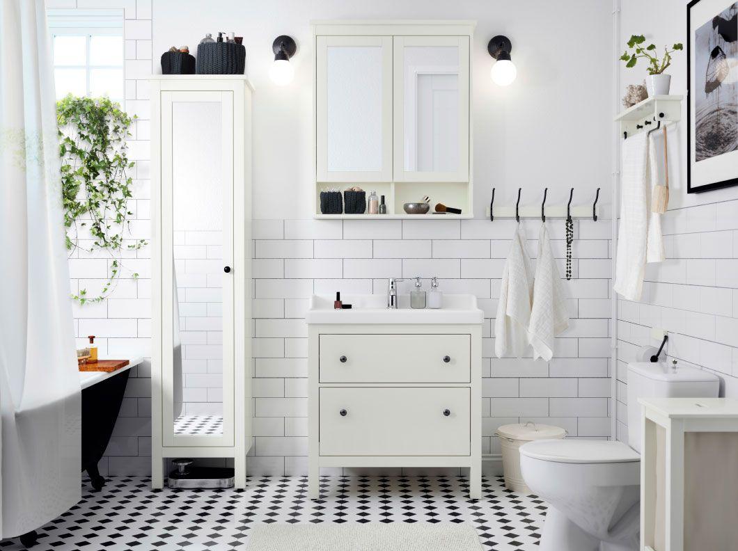 Badezimmer Seitenschrank ~ Ein weißes badezimmer mit hemnes spiegelschrank mit türen in