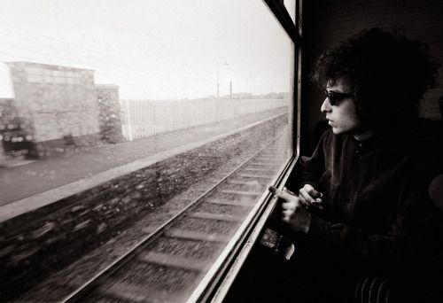 © Barry Feinstein :: Bob Dylan in the train from Dublin to Belfast, 1966