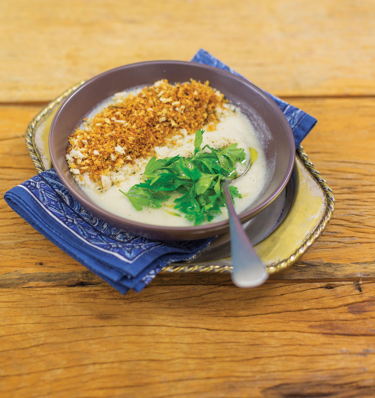 Sopa de couve-flor com farofinha de pão | Receita Panelinha: Vocês abrem a geladeira e não vêem muito mais do que uma couve-flor. A cebola está solitária no cesto. Ótimo, vai dar para preparar uma sopa reconfortante para o casal.