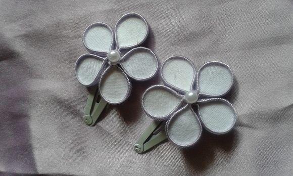 Presilha de cabelo flor branca com lilas. O par. R$ 5,00