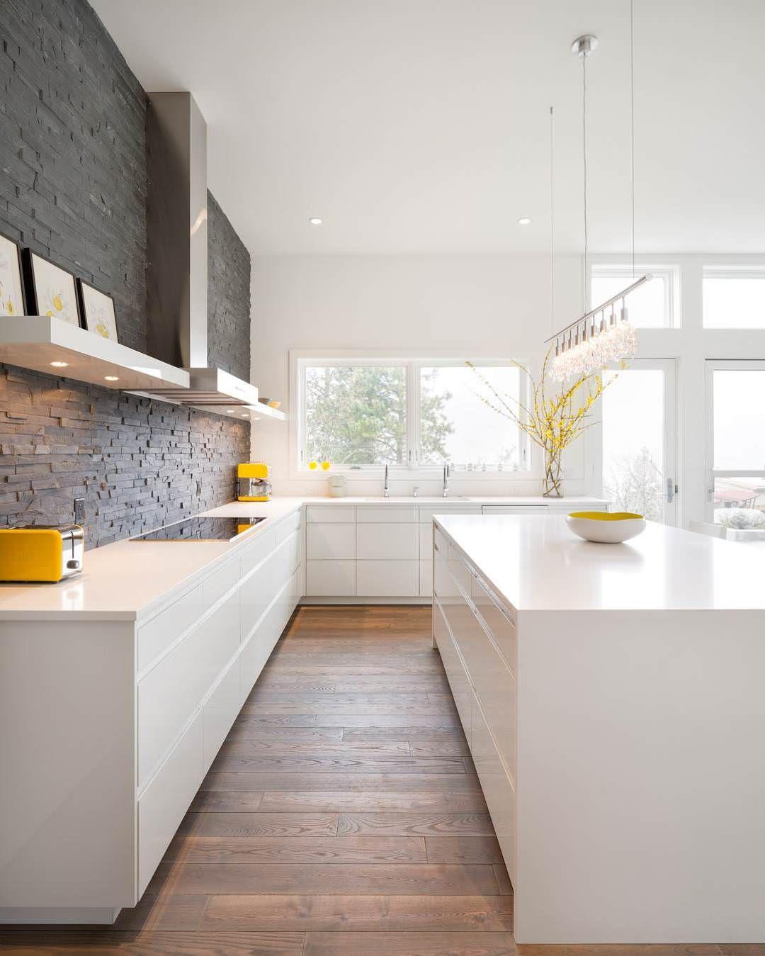 Cucina moderna bianca con parete giallo senape. Pin On Home Design Kitchens