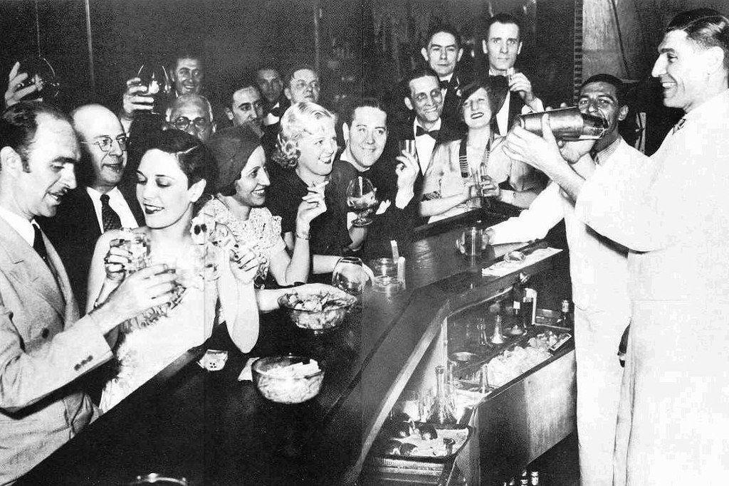 Старое ч/б фото с загруженным баром.