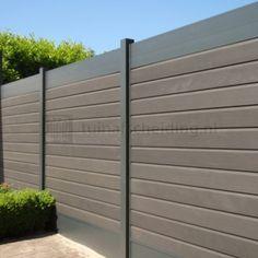 Geheel onderhoudsvrije tuinschutting van aluminium in combinatie met dikke composiet rabatdelen in de kleur antraciet.