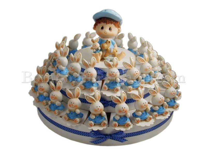 Bomboniera con 38 fette con soggetti dei simpatici coniglietti celesti.... e al centro torta un bambino che gioca.. #tortabomboniera #coniglietti #tortadibomboniere
