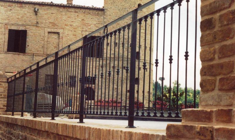 Risultati immagini per ringhiere per balconi in ferro battuto ...