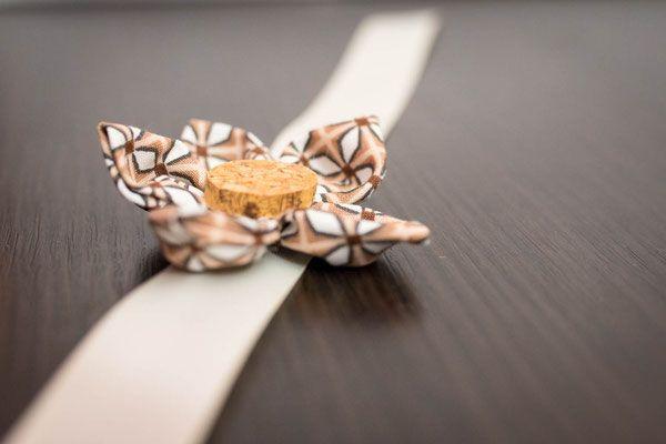 Collection Cindy. Bracelet cortège en fleurs en tissu ou origami ivoire et marron avec bouchon en liège