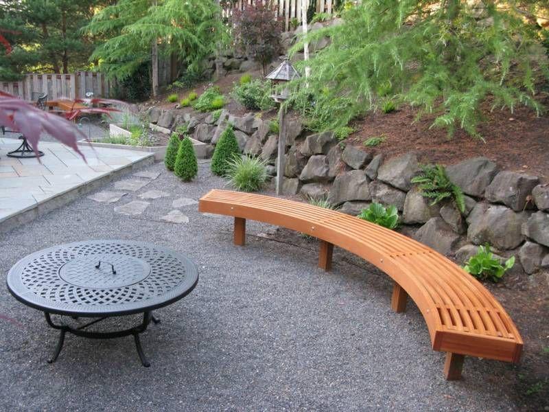 Eine abgerundete Garten Sitzbank aus Holz Leisten mit Grill ...