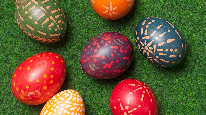 Wenn ihr Ostereier natürlich färben und tolle Effekte auf den Eiern erzielen wollt, helfen Naturrodukte! Wir verraten Anleitungen!