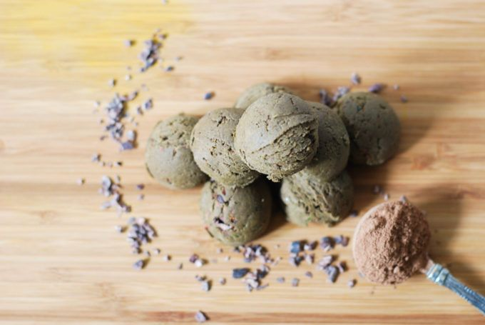 Matcha Chocolate Protein Balls - fuel the right way and eat these super energetic protein balls before or after your workout. You will be happy you did! http://www.nibsandgreens.com/matcha-chocolate-protein-balls/