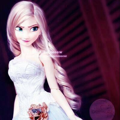 Frozen 2 Elsa The Snow Queen Doll In White Dress With Her Hair Down By Jakks Pacific In 2020 Down Hairstyles Her Hair Snow Queen