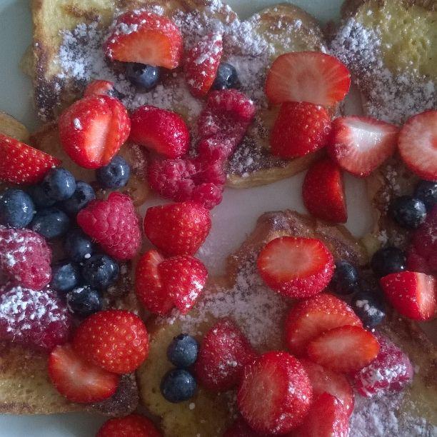 fresh French toast & red fruit... MJAMMIE 4 MUMMIE
