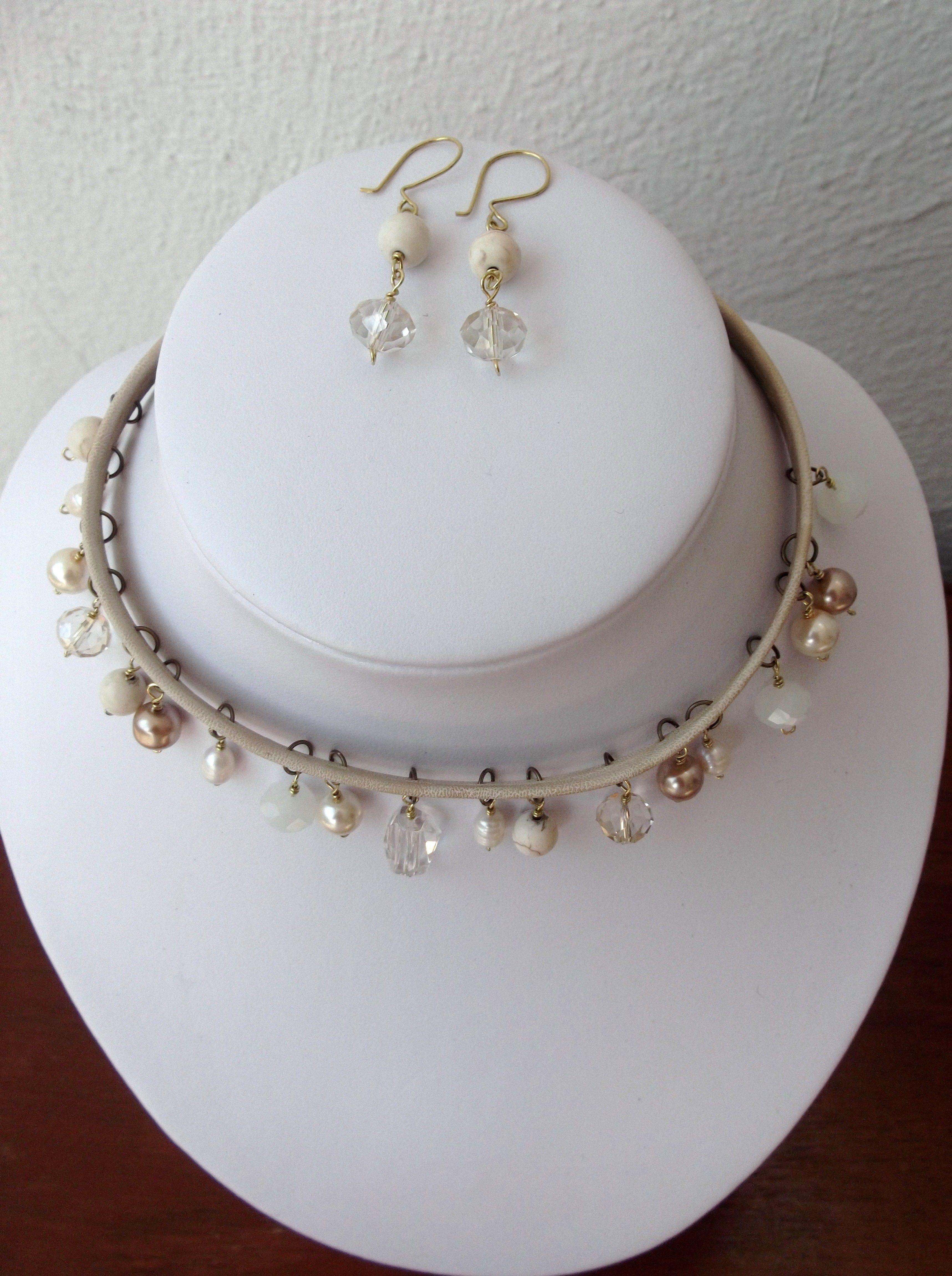 Gargantilla en piel sintetica,con cuentas en color perla, incluye aretes...