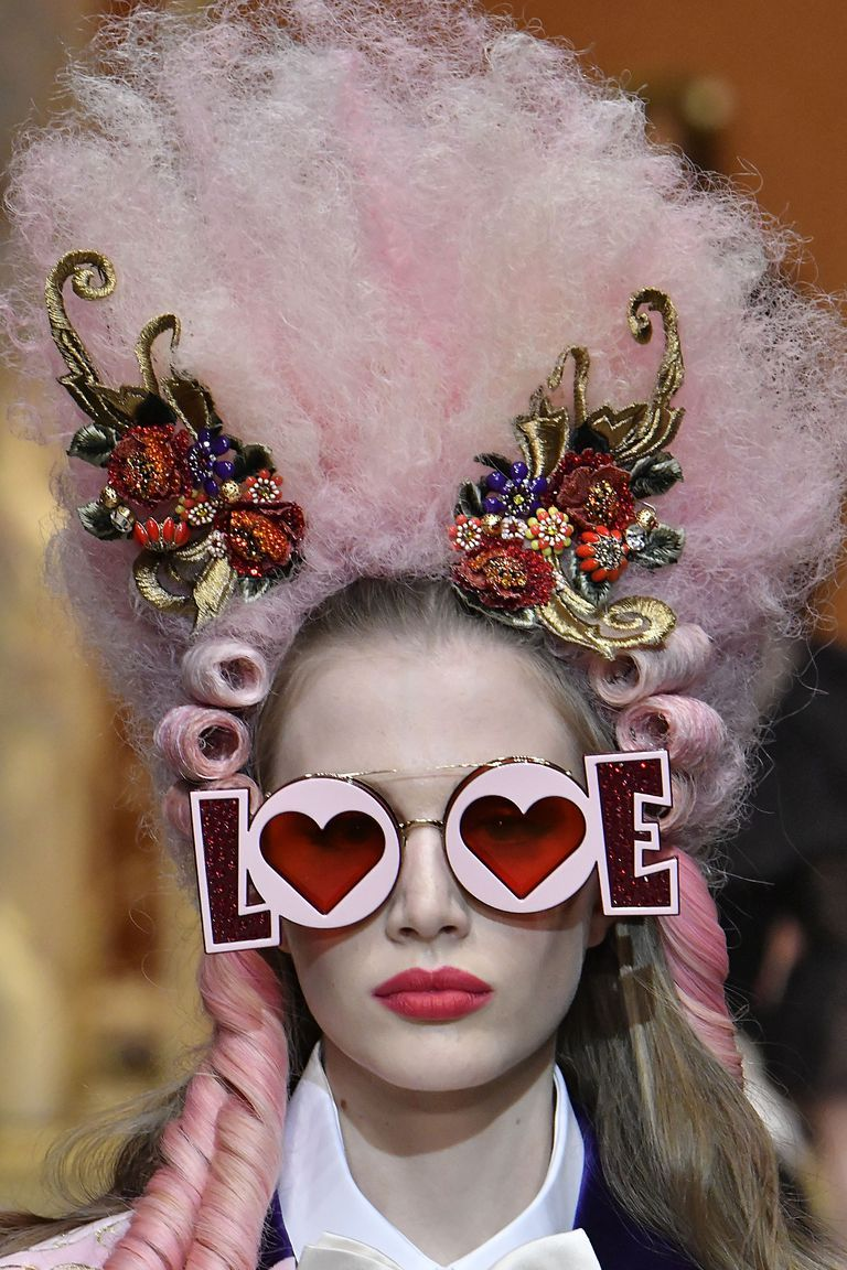 Extravagent Dolce Gabbana Tiaras Gucci Balaclavas And More Wild Accessories At Milan Fashion Week Dolce Und Gabbana Herbstmode 2018 Dolce Gabbana