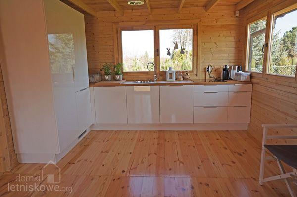 Jasna Biala Kuchnia W Drewnianym Domku Letniskowym Sara Domkiletniskowe Org Home Decor Home Decor