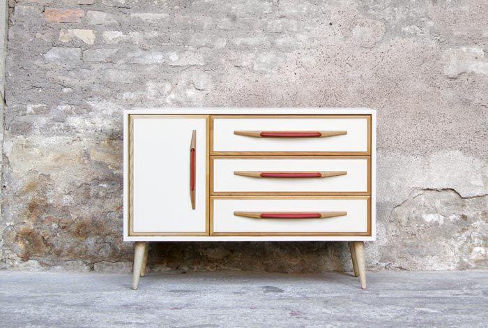 commode vintage relook e blanc cru poign e rouge. Black Bedroom Furniture Sets. Home Design Ideas