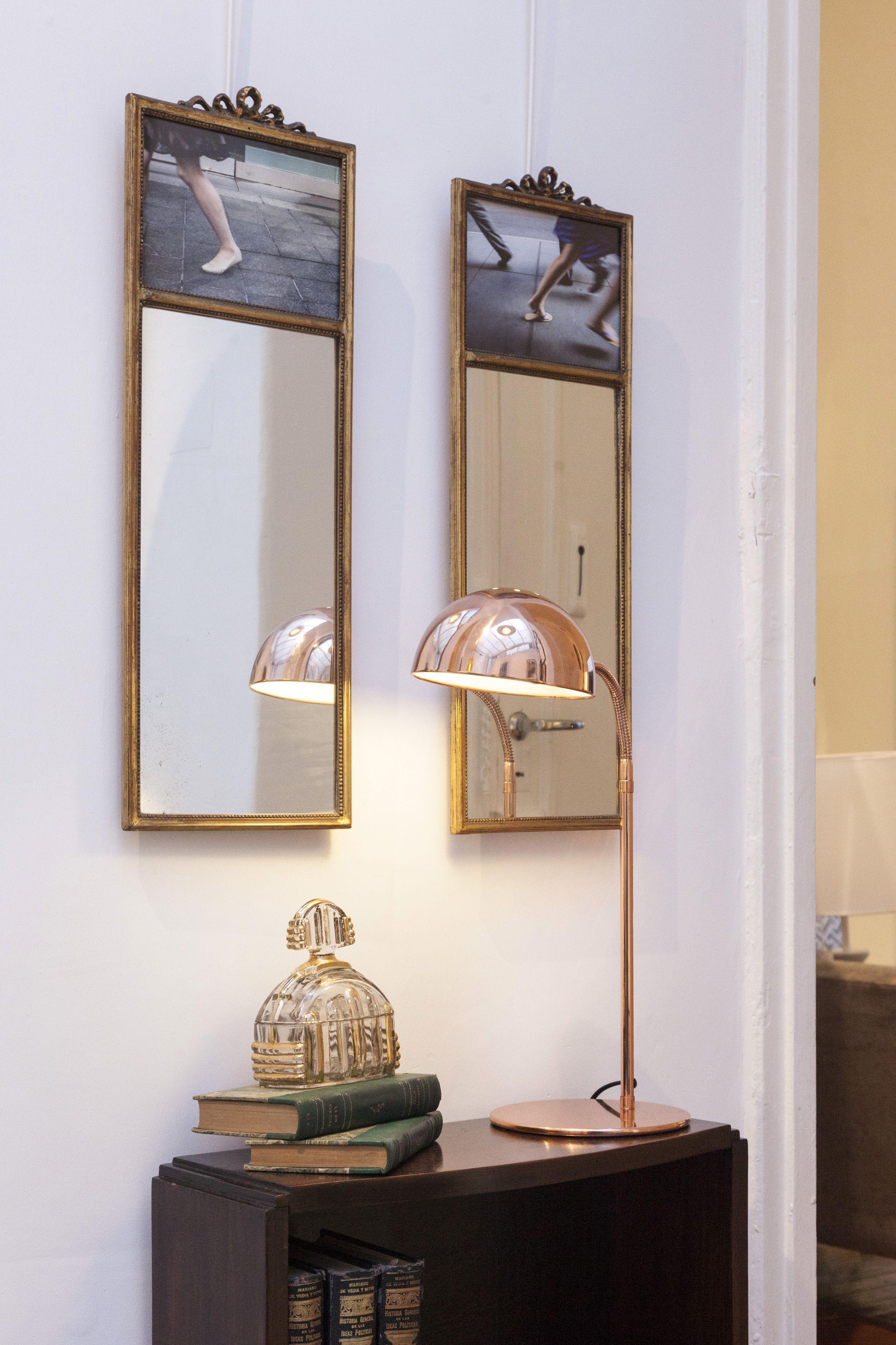 lampara de mesa cobre brillante, espejo francés con fotos http://salazarcasa.com.ar