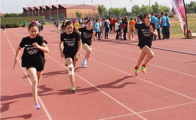 Organizado por las concejalías de Deportes y Educación y el Club de Ateltismo Vélez, la cual tendrá lugar mañana en el polideportivo Fernando Ruiz Hierro.   #olimpiada escolar
